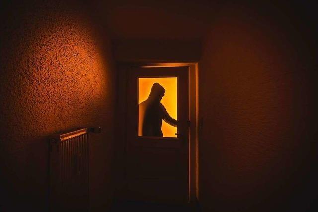 Im Gefrierfach sucht der Einbrecher vergeblich nach Drogen