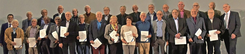 Langjährige Mitglieder der Volksbank Lahr wurden in der Breisgauhalle geehrt.   | Foto: Benedikt Sommer