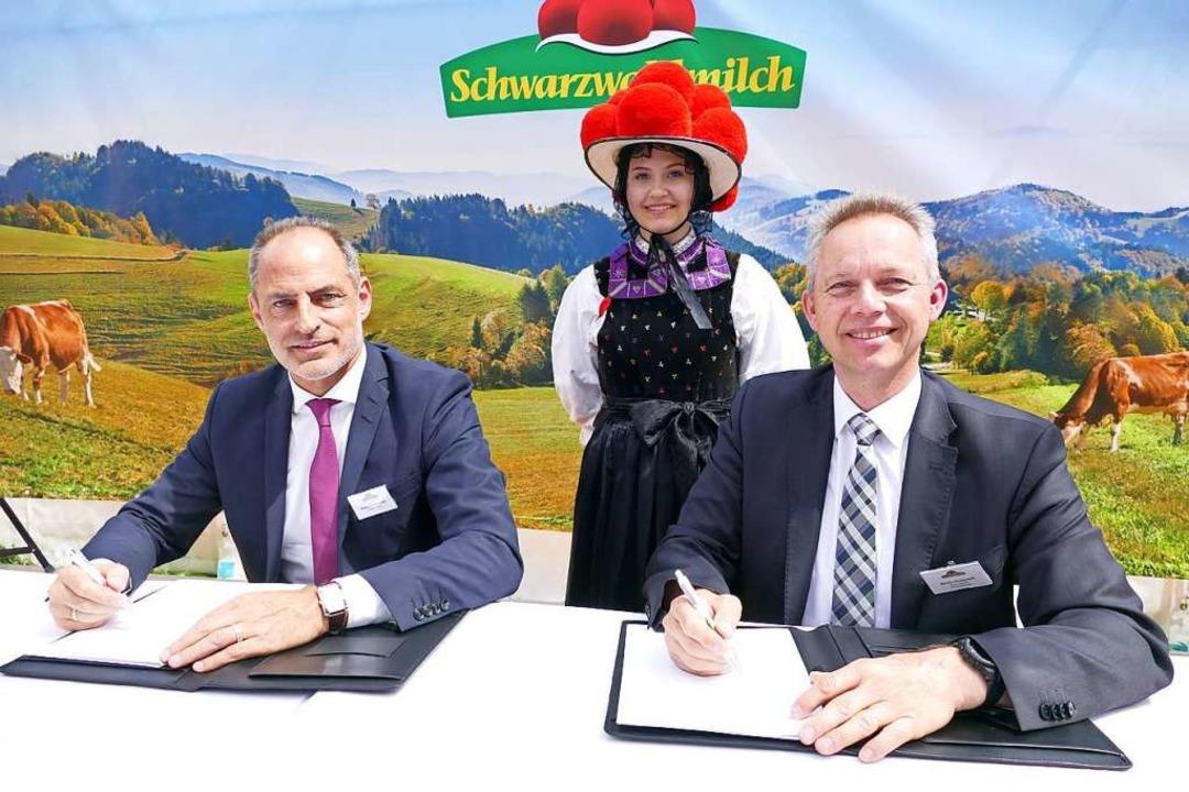 Bürgermeister Armin Hinterseh und Schw... 2019 bei der Vertragsunterzeichnung.     Foto: Peter Stellmach