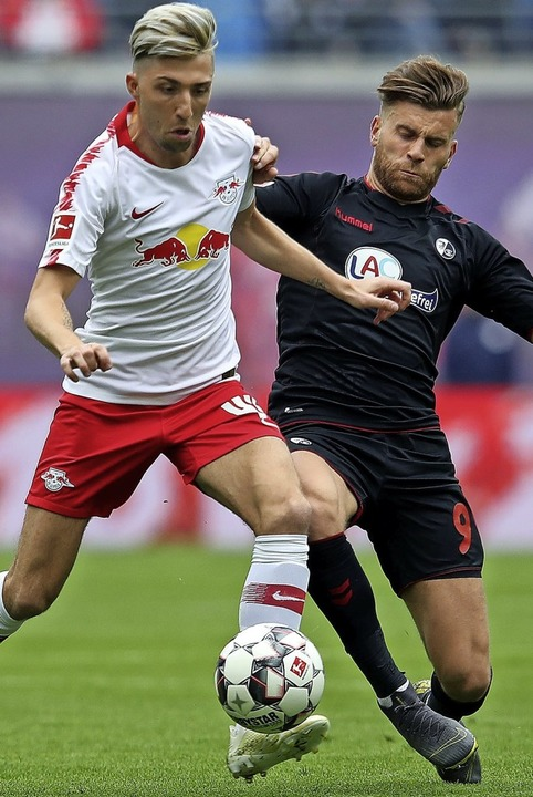 27. April 2019 in Leipzig: Kevin Kampl...vergangene Spiel gegen den SC mit 2:1.  | Foto: RONNY HARTMANN (AFP)