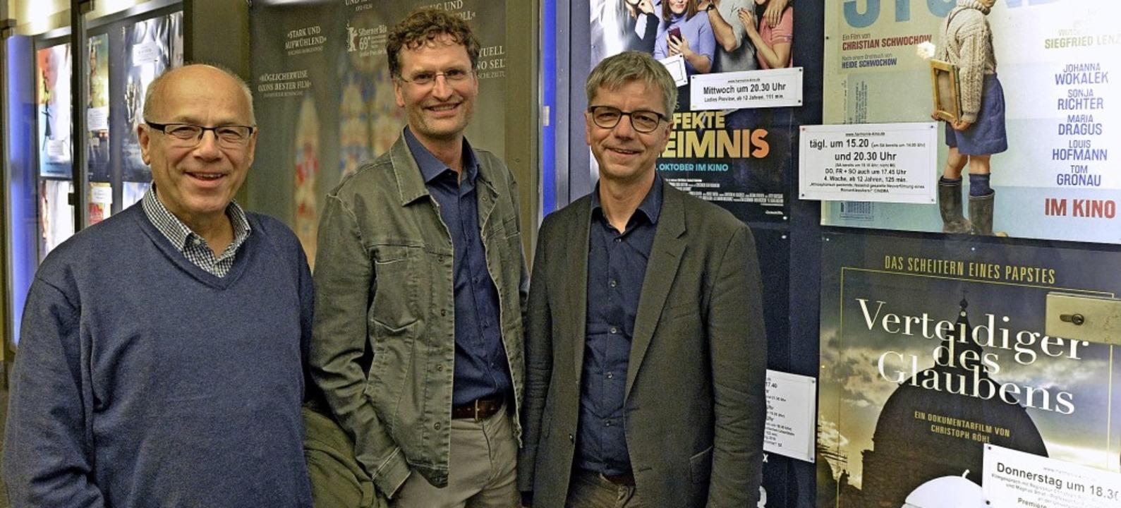 Im Harmonie-Kino trafen sich (von link...dikts XVI beschäftigt, zu diskutieren.  | Foto: Michael Bamberger