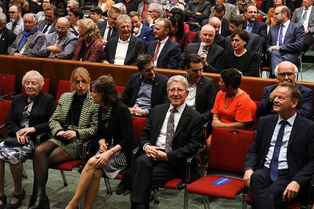 Zahlreiche Gäste kamen zum Abschied vo...Müller (Mitte) ins Lahrer Parktheater.  | Foto: Christoph Breithaupt
