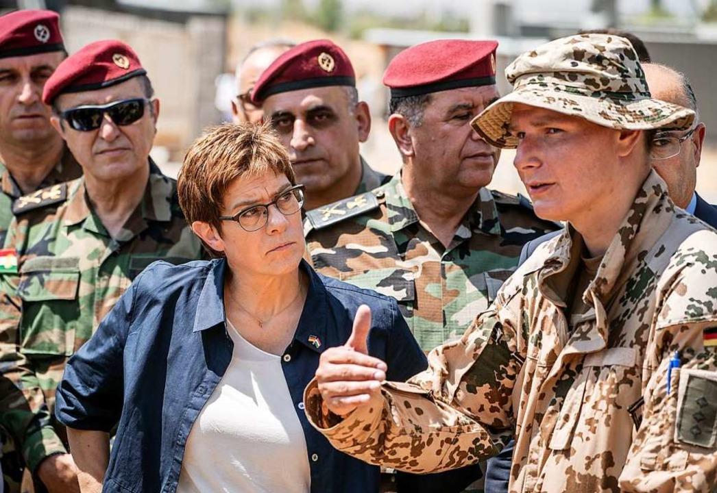 Im August war Verteidigungsministerin ...undeswehr kurdische Kämpfer ausbilden.  | Foto: Michael Kappeler (dpa)