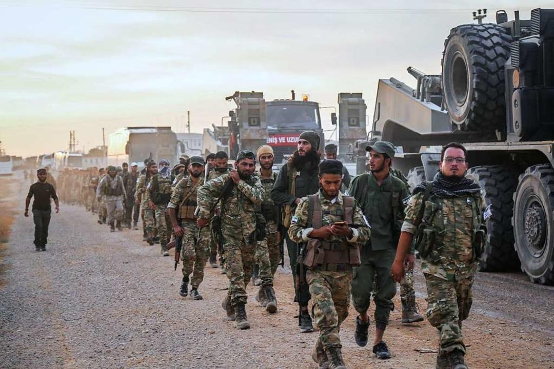 Soldaten  der türkischen Streitkräfte ... Grenze zur syrischen Stadt Tall Abyad  | Foto: Anas Alkharboutli (dpa)