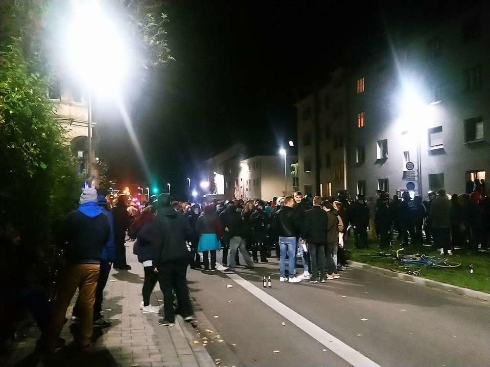 Samstagnacht: Polizisten trennen die S...r – vom Gebäude Kronenstraße 21.  | Foto: Karl Heidegger