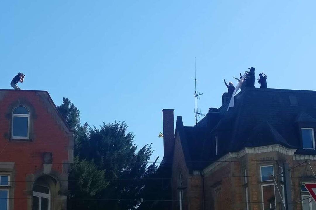 Auf dem Dach der besetzen Kronenstraße...mittag mehrere vermummte Personen auf.  | Foto: Manuel Fritsch
