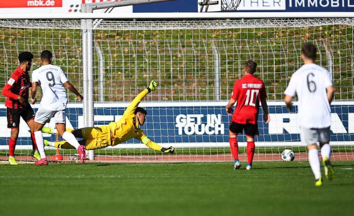 Der Freiburger Keeper Noah Atubolu ist...n Münchner Malik Tillman (9) machtlos.    Foto: Patrick Seeger