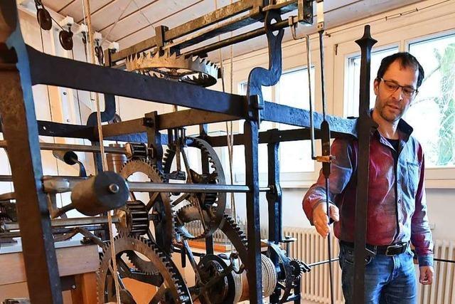 Die 472 Jahre alte Freiburger Münsteruhr wird per Hand zurückgestellt