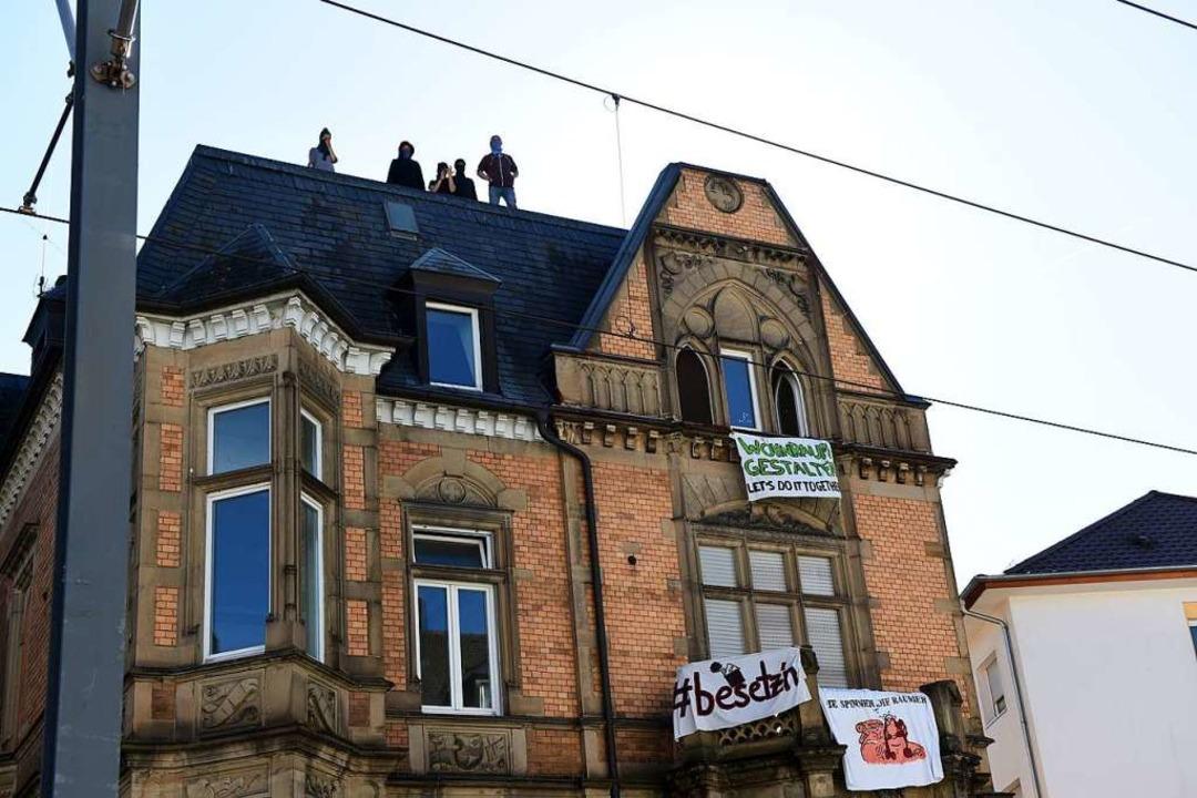 Die Besetzer waren auf das Dach des Gebäudes an der Kronenstraße geklettert.  | Foto: Rita Eggstein