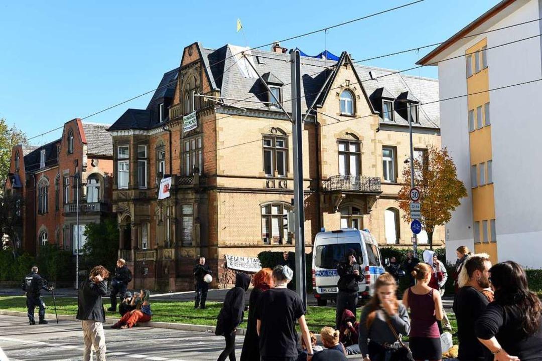 Polizeieinsatz an der Kronenstraße. Au...ng bleibt die Straße aktuell gesperrt.  | Foto: Rita Eggstein