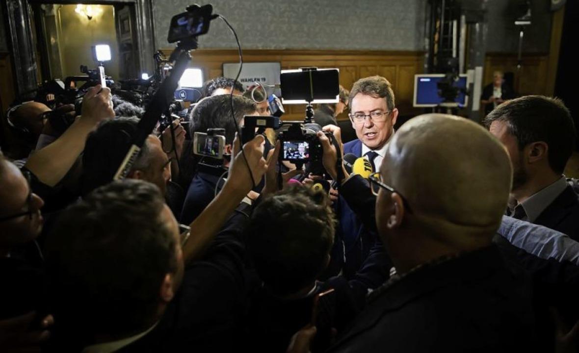 SVP-Chef Albert Rösti erklärt die Verl...i bei den Wahlen vergangenen Sonntag.   | Foto: Anthony Anex (dpa)