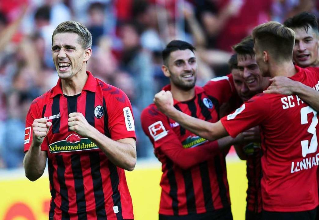 Nils Petersen bejubelt seinen Treffer zum zwischenzeitlichen 2:0.  | Foto: Patrick Seeger (dpa)