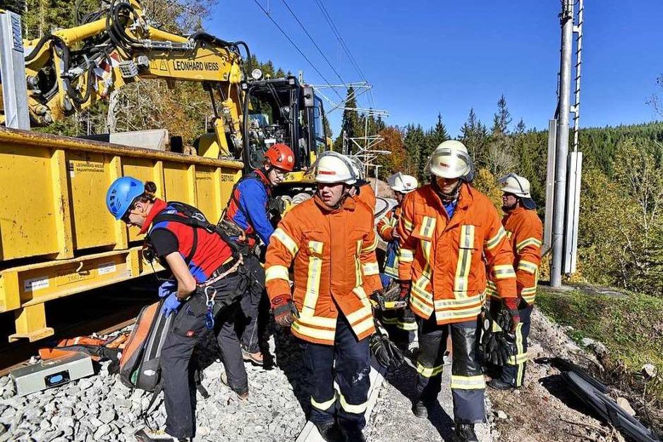 Katastrophenübung Bahn: Schwerverletztes Opfer muss mit großem Energieaufwand unter dem verunglückten Bagger geborgen werden. (Foto: Philippe Thines)