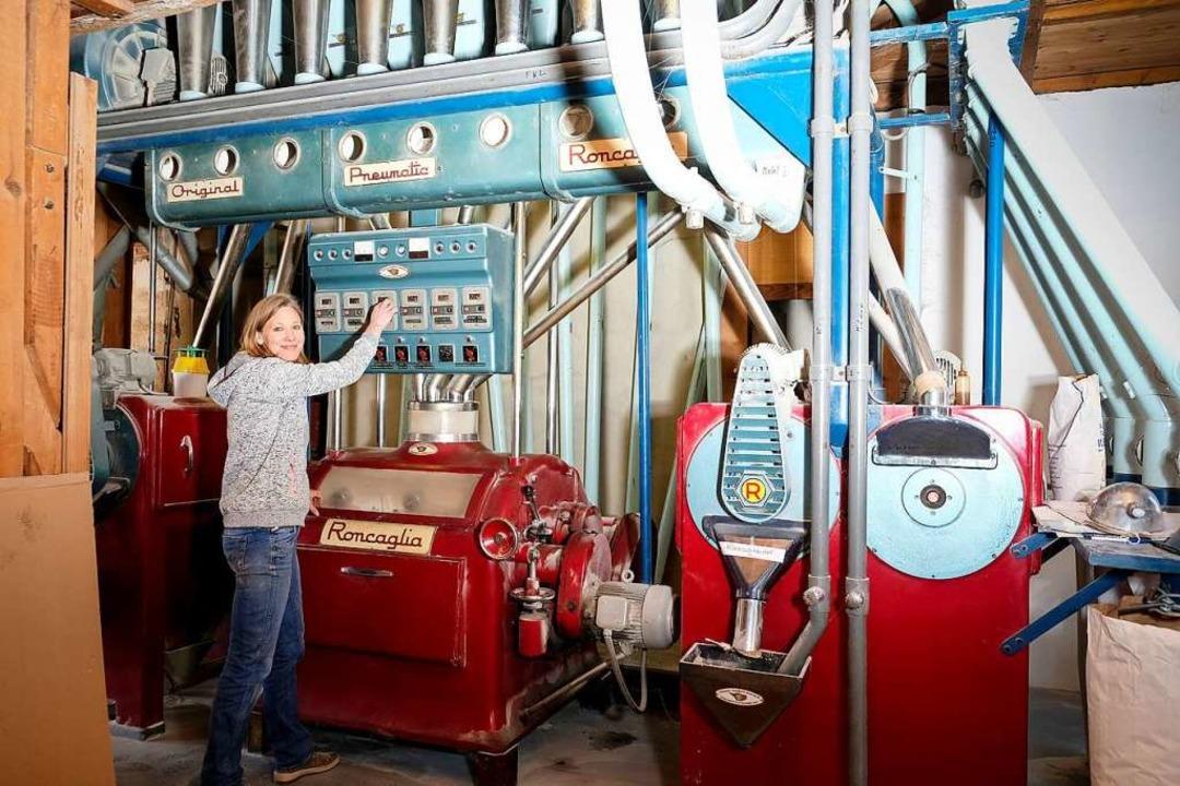 Die   Getreidewalzenmaschine Roncaglia...n, Verkäuferin und Bäckerin zugleich.   | Foto: Birgit-Cathrin Duval