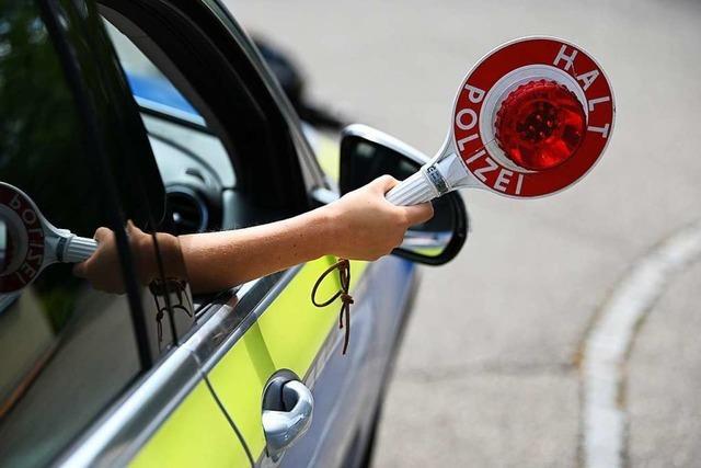 Unfall und Flucht an der A 5: Insassen suchen in Wäldchen Schutz vor der Polizei