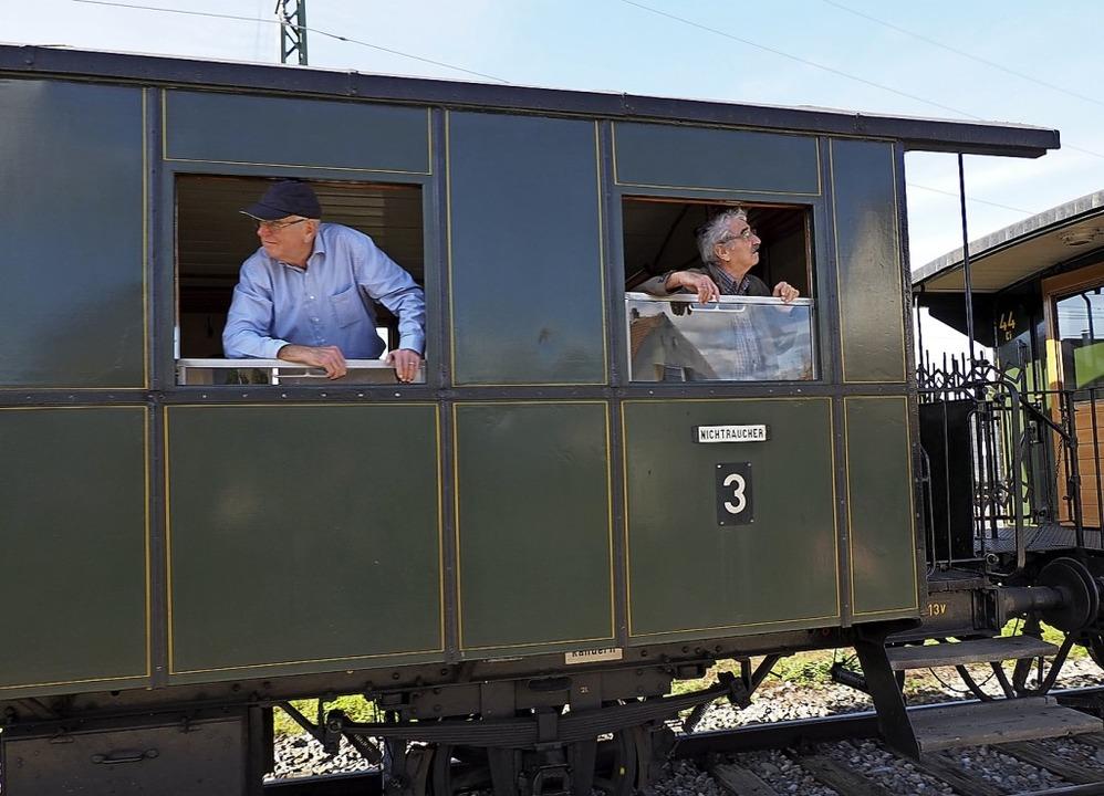 Bahnfahren wie anno dazumal – Gä...en die Fahrt im Museumszug Chanderli.   | Foto: Herbert Frey