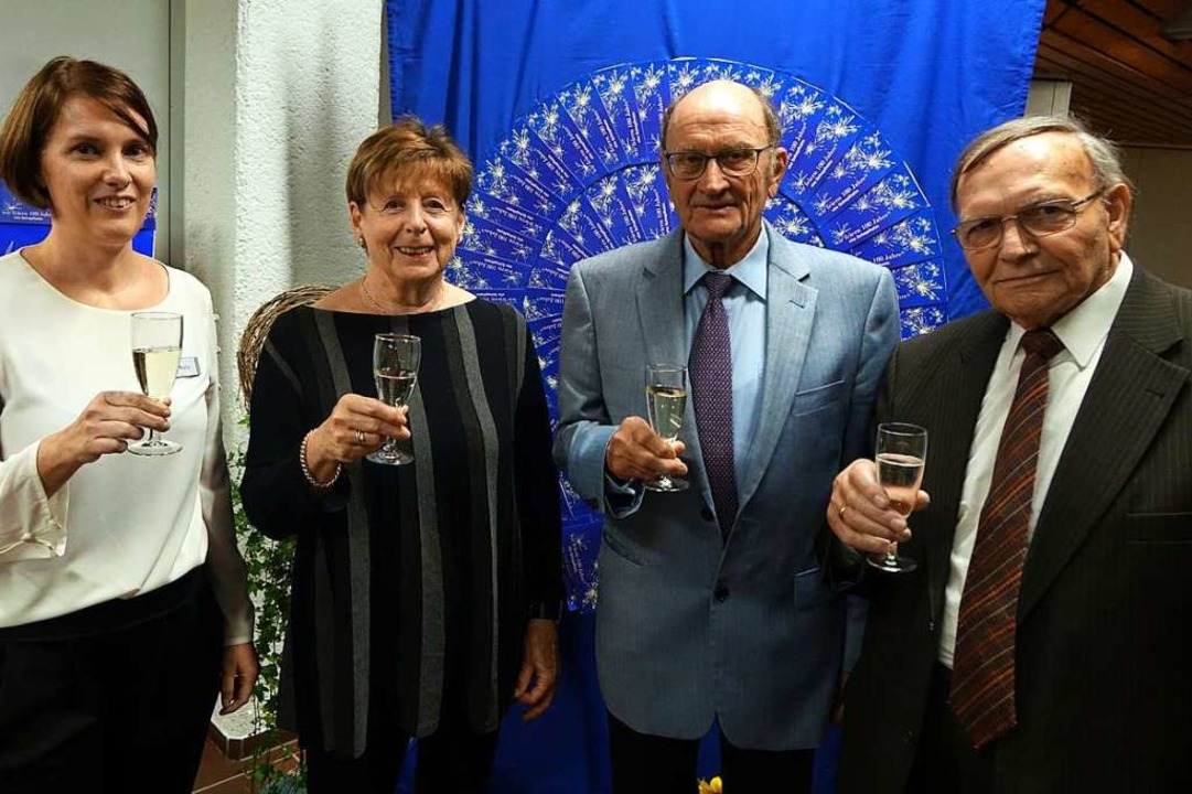 Auf 100 Jahre Volkshochschule Schopfhe...z Hoch und Georg Diehl (von links) an.  | Foto: Roswitha Frey