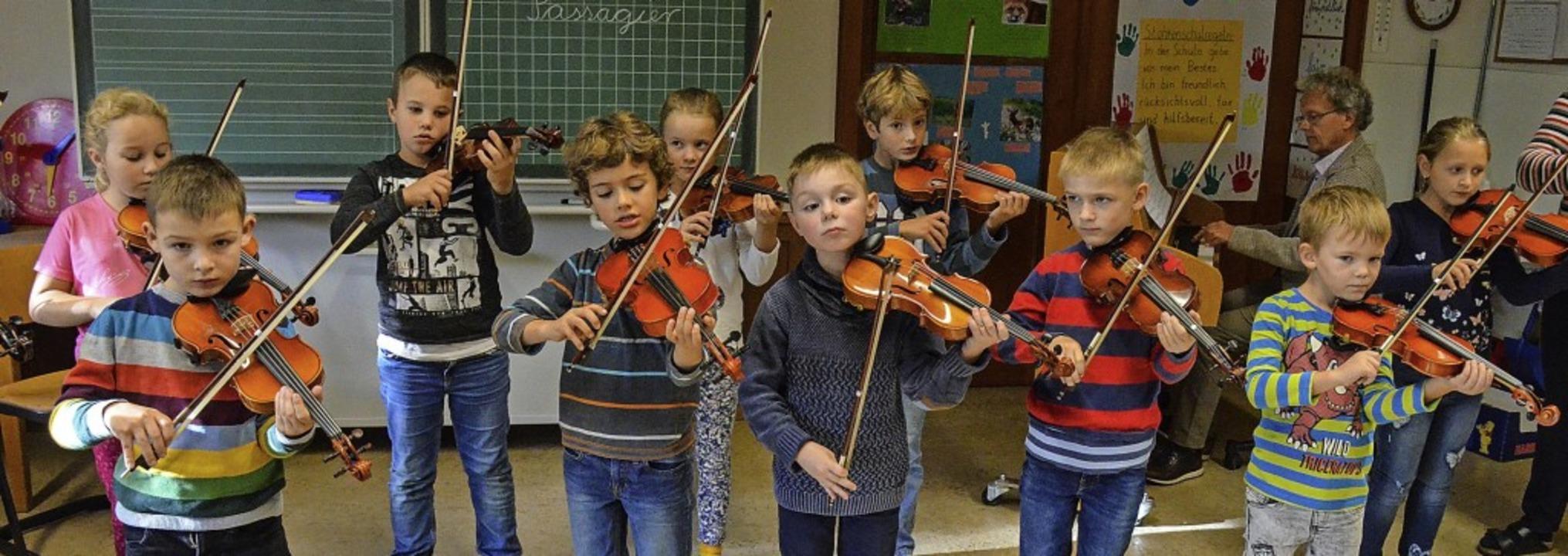 In der Stohrenschule lernen jetzt fast...n und Schüler mit Eifer Geige spielen.  | Foto: Gabriele Hennicke