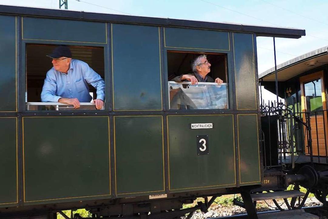Bahnfahren wie anno dazumal – Gä...ßen die Fahrt im Museumszug Chanderli.  | Foto: Herbert Frey