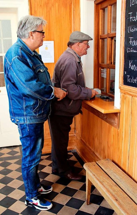 Am Fahrkartenschalter (links) gab es a...hrt im Museumszug Chanderli zu kaufen.  | Foto: Reinhard Cremer