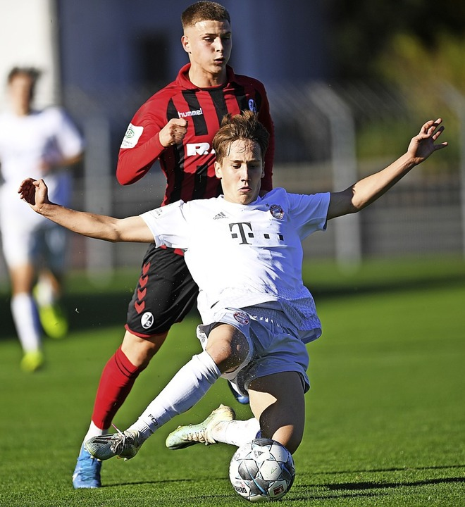 Bayern-Spieler Jonas Kehl klärt vor Julius Tauriainen.     | Foto: Patrick Seeger