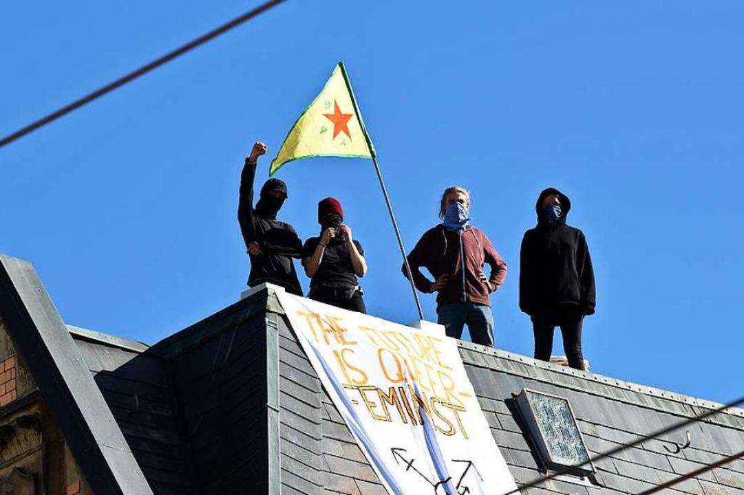 Aktivisten am Samstagnachmittag auf dem Dach des Hauses in der Kronenstraße  | Foto: Rita Eggstein