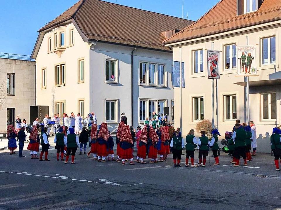 Rathaus in Hofweier mit Narren.  | Foto: privat