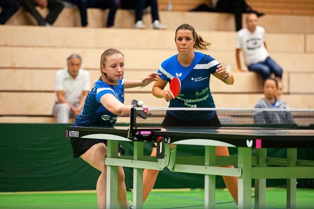Jana Kirner (links) und  Theresa Lehmann im Heimspiel gegen Weinheim.  | Foto: Alexandra Buss