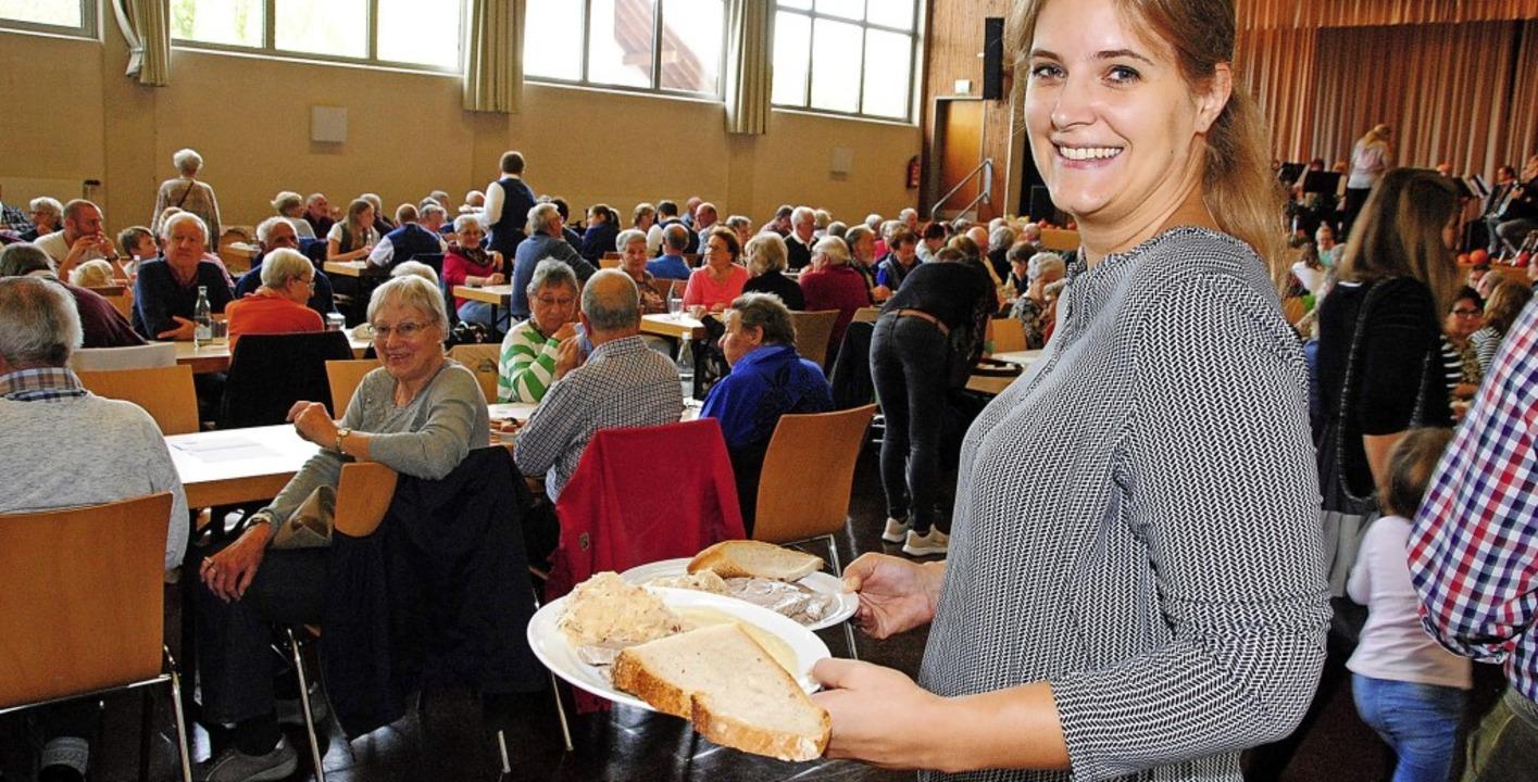 Vereinsmitglied Sandra Huber servierte...zgete zu Melodien von Gastvereinen.       Foto: Norbert Sedlak