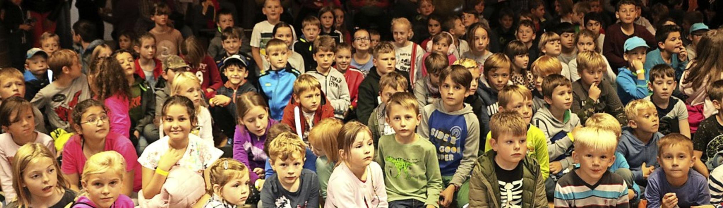 Begeistert lauschten etwa 150 Kinder d...anet mit Leben gefüllt werden könnte.   | Foto: Martha Weishaar