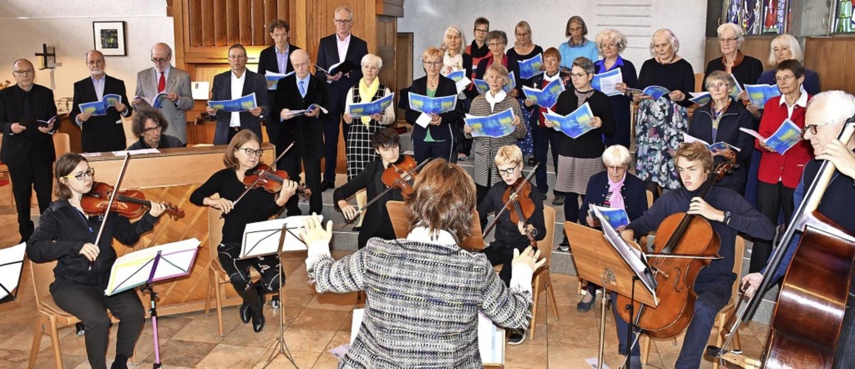 Der ökumenische Chor Hinterzarten und ...vangelischen Kirche Hinterzarten mit.   | Foto: Thomas Biniossek