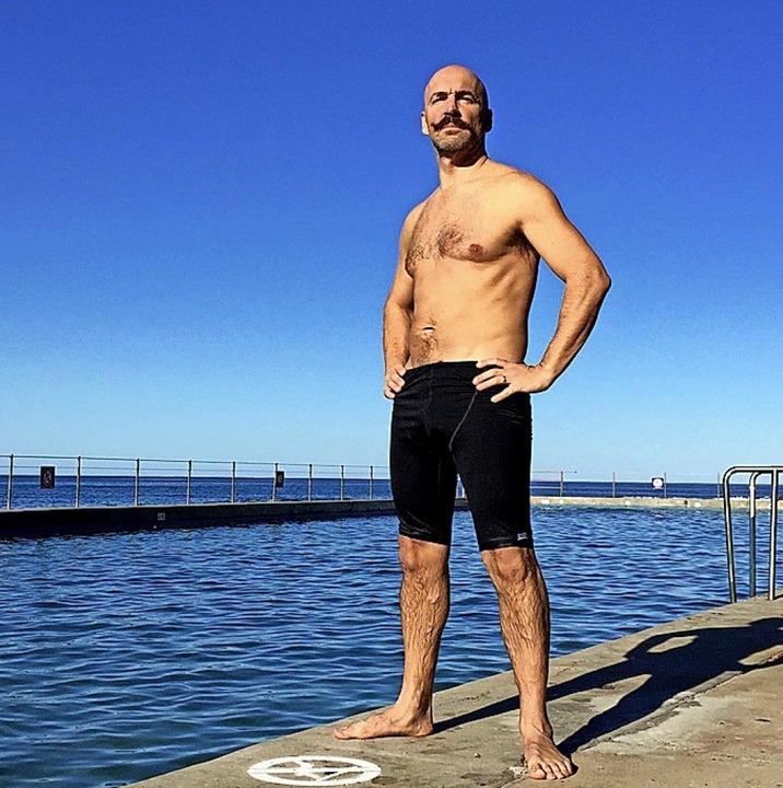 Kenton Webb will je 1000 Meter in 1000 Pools schwimmen.  | Foto: Kenton Webb (dpa)
