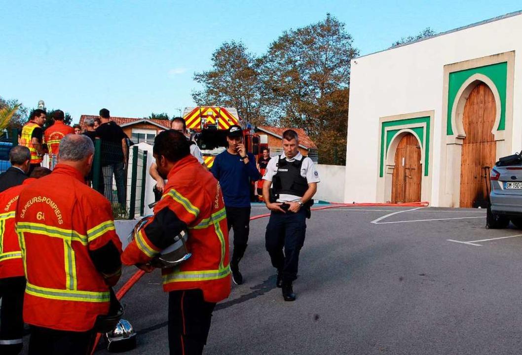 Rettungskräfte vor der Moschee von Bayonne  | Foto: Str (dpa)