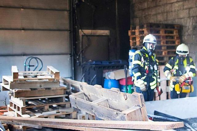 Feuerwehr löscht Schwelbrand in Firmengebäude in Auggen