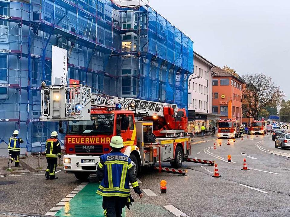 Feuerwehreinsatz an der Ecke Hauptstra...h über die Lüftungsanlage ausbreitete.  | Foto: Helmut Seller
