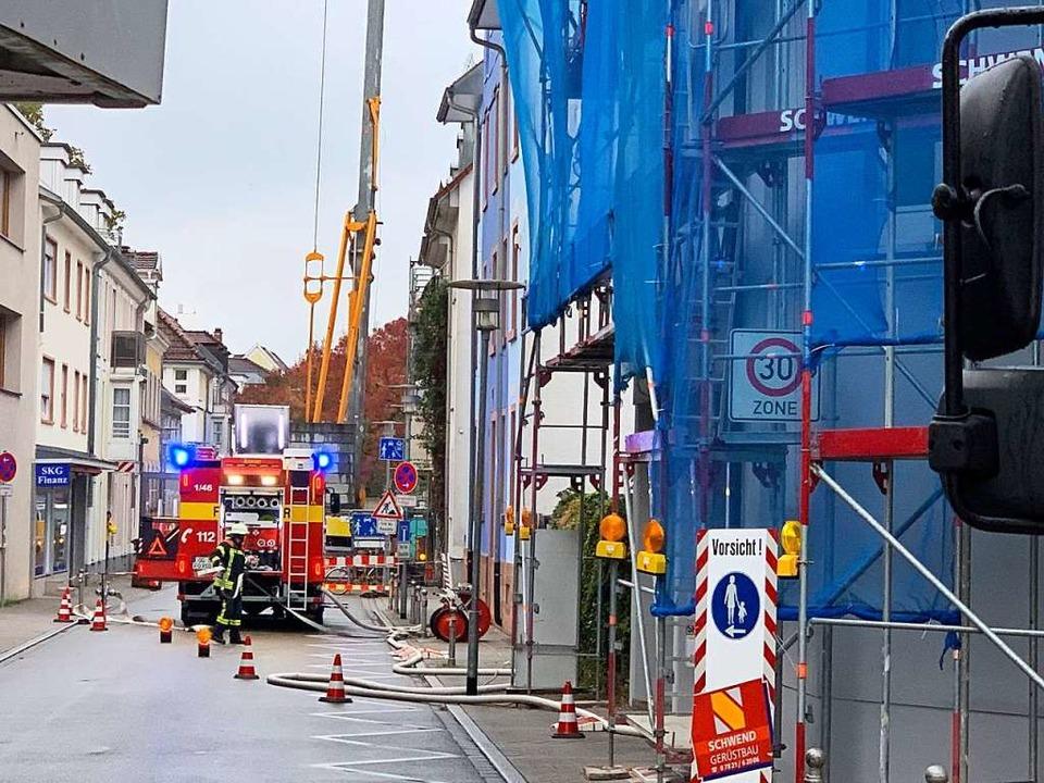 Auch von der Badstraße aus war die Feu...m den Rauch aus dem Gebäude zu leiten.  | Foto: Helmut Seller