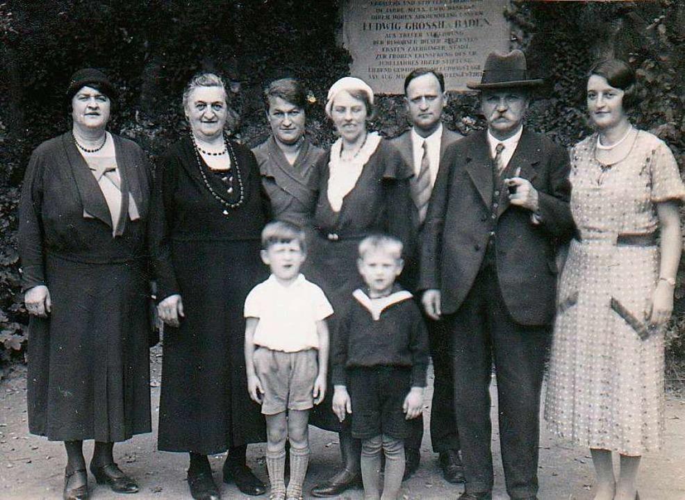Katharina (Zweite von links) und Juliu...Enkeln Peter (links vorne)  und Werner  | Foto: Privat