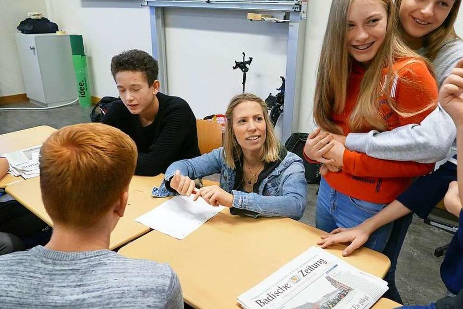 Hier wird ein Schülerteam von Heriette Trepte ins Trickfilmen eingeführt. (Foto: BZ)