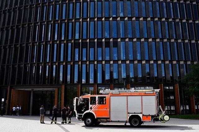 Rathaus durch brennenden Stuhl beschädigt, Polizeiposten beschmiert