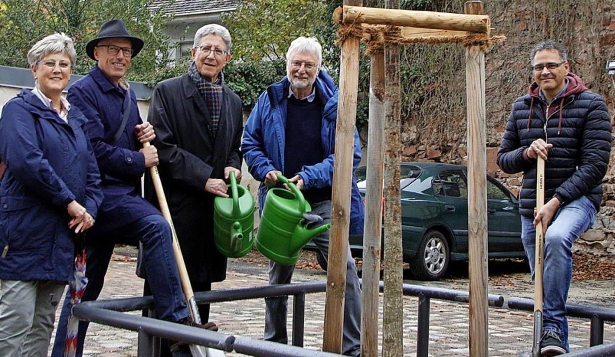 Gemeinsame Baumpflanzaktion (von links...d Stefan Gresbach (Abteilung Tiefbau)   | Foto: Heidi Fößel