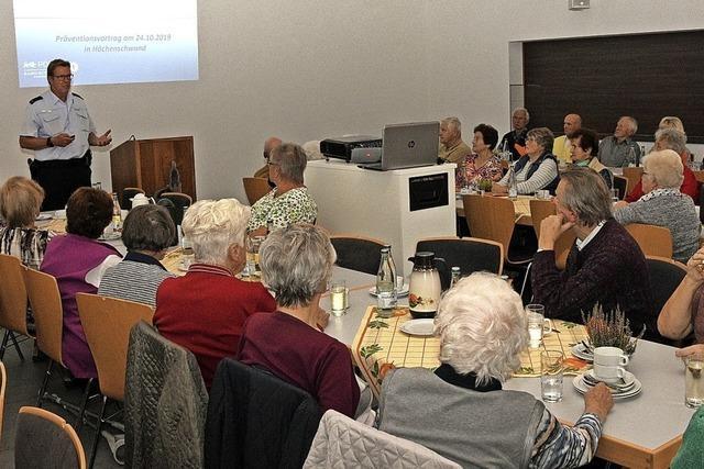 Polizeibeamter gibt Sicherheitstipps für Senioren