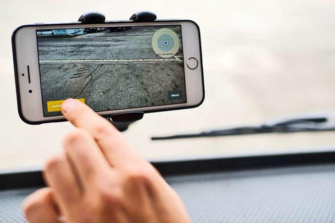 Aufzeichnung beginnen: Ein Smartphone ...nd Löcher in der Straßendecke erkennt.  | Foto: Vialytics