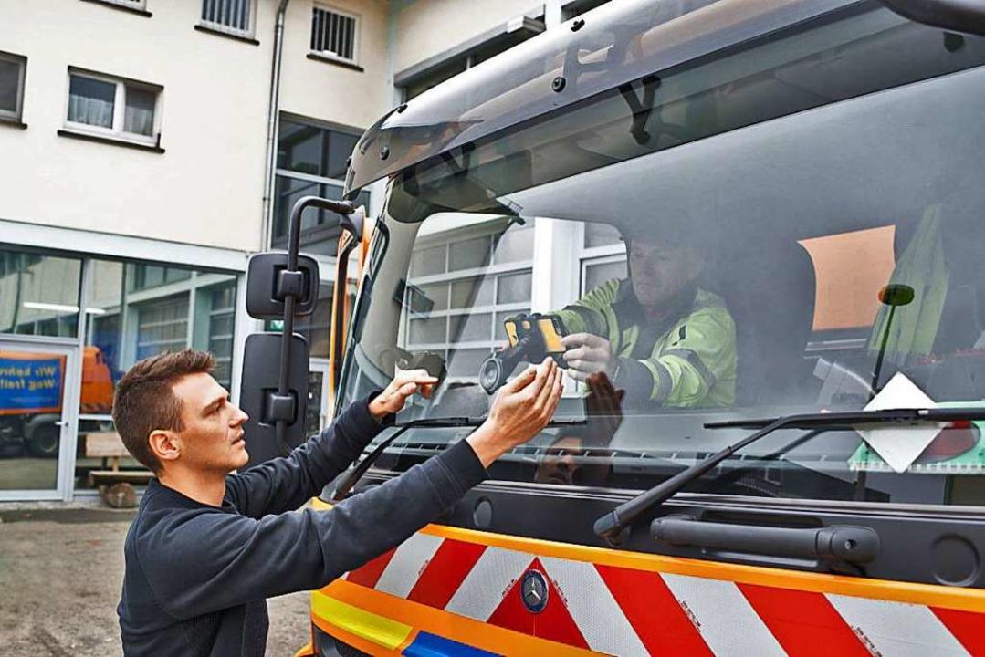 Das Smartphone wird an einem Fahrzeug der Gemeinde angebracht.  | Foto: Vialytics