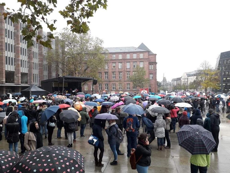 Hunderte Menschen haben sich am Mittwo...re Hochschulfinanzierung einzufordern.  | Foto: Fabian Vögtle