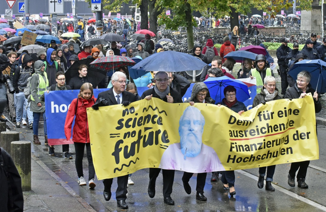 Demonstranten ziehen durch die Freibur...hschulfinanzierung deutlich zu machen.  | Foto: Michael Bamberger