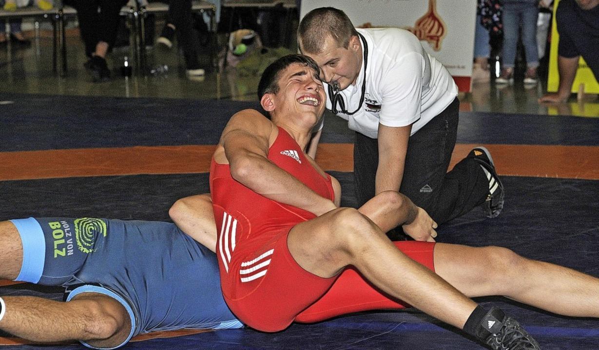 Der Lahrer Viktor Hubert zwingt einen ...rletzung am Ohr vom Schmerz verzerrt.   | Foto: Pressebüro Schaller