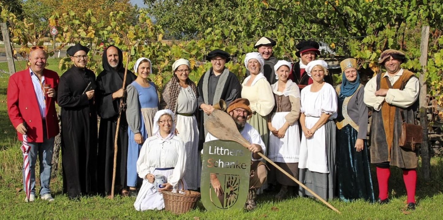 Die Mitglieder der Theatergruppe Niede...anz besonderes Schauspiel ausgedacht.   | Foto: privat