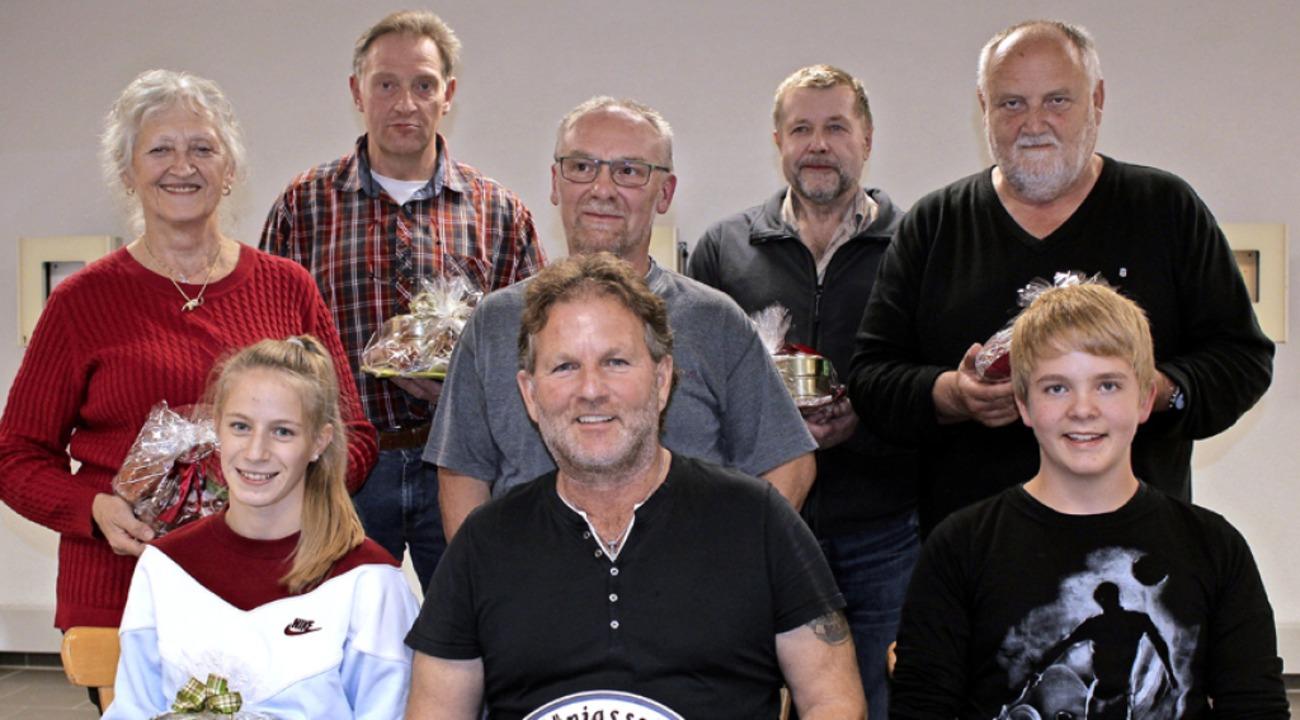 Der Hofstaat beim Sportschützenverein ... und Leon Larberg (vorne, von links).     Foto: Christa Maier