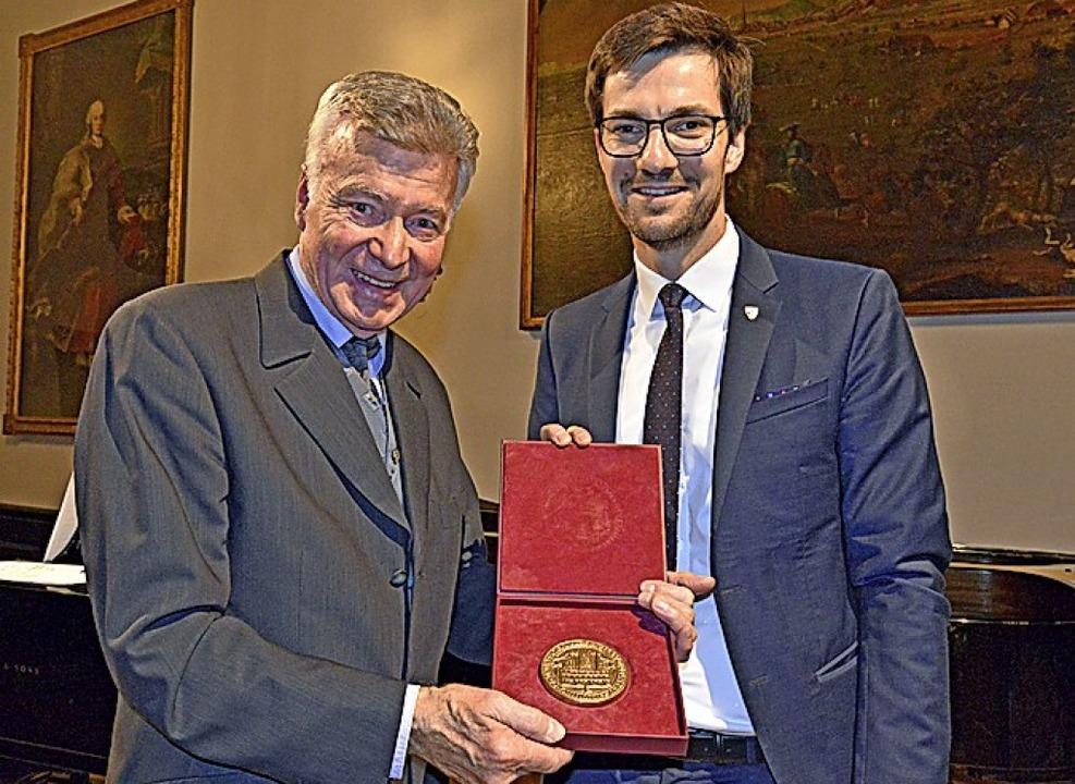 Große Ehre für Josef Lienhart (links):...n überreicht das Goldene Stadtsiegel.   | Foto: Michael Bamberger