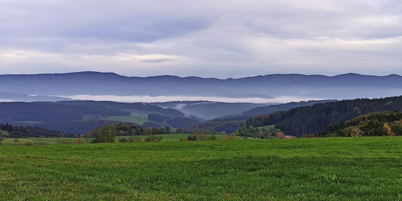 Blick von der Biederbacher Höhe beim G...ztal, welches   unter dem Nebel liegt.    Foto: Siegfried Meier